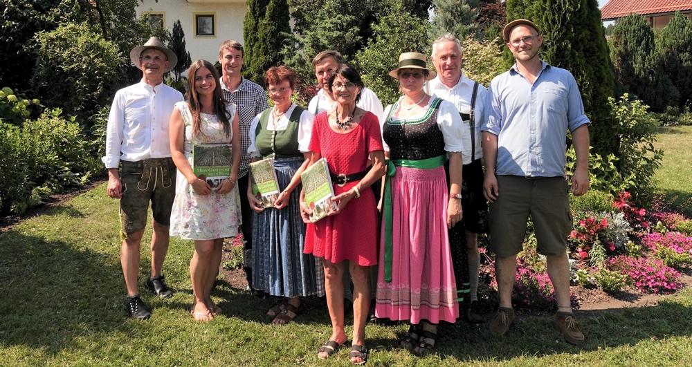 Tag der offenen Gartentür - Buchgeschenkübergabe (Foto: Michael Luckas)